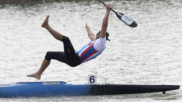 Vítěz Josef Dostál z ČR skáče z lodi po finálovém závodě na 500 metrů.