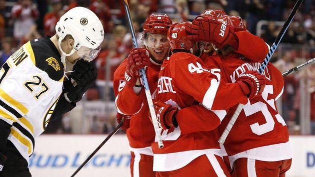 Hráči Detroitu Red Wings oslavují gól proti Bostonu.