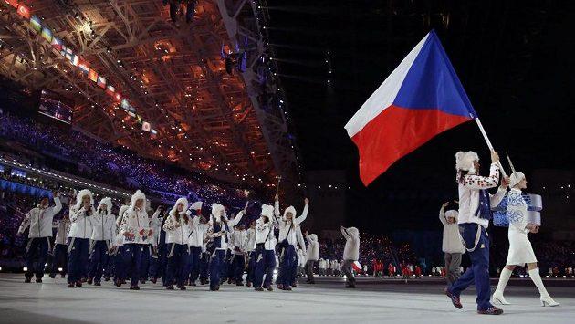 Vlajkonoška Šárka Strachová přivádí české olympioniky při slavnostním zahájení her v Soči na plochu stadiónu Fišt.