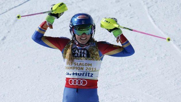 Mikaela Shiffrinová se raduje ze třetího světového zlata.
