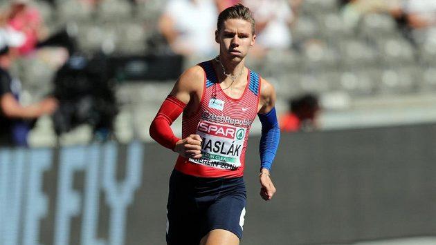 Čtvrtkař Pavel Maslák v rozběhu mistrovství Evropy v Berlíně.