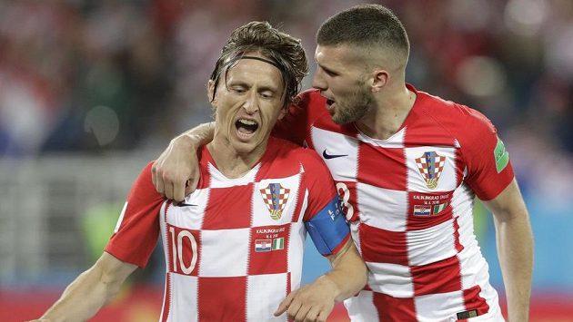 Chorvatská radost. Luka Modrič (vlevo) slaví se spoluhráčem Ante Rebičem po proměněné penaltě v utkání MS proti Nigérii. V dalších zápasech pak tradiční barvy neoblékli.
