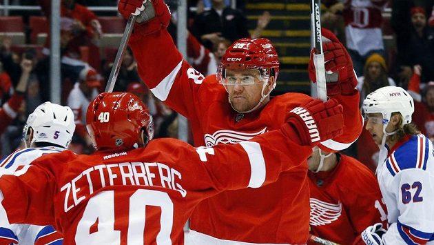 Obránce Detroitu Marek Židlický (vpravo) a Henrik Zetterberg se radují z rozhodujícího gólu Red wings proti New Yorku Rangers.
