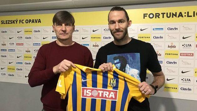 Sportovní manažer opavského klubu Alois Grussmann (vlevo) s novou posilou Janem Hoškem.
