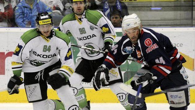 Zleva mladoboleslavští hráči Lukáš Pabiška a Jaroslav Balaštík, vpravo David Hruška z Chomutova