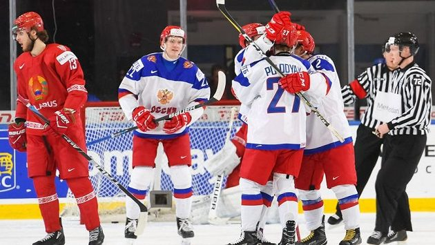Radost ruských hokejistů během duelu s Běloruskem na MSJ v Buffalu.
