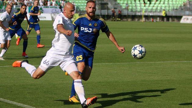 Marek Janečka v souboji s jihlavským Antonínem Rosou v úvodním utkání ligové sezóny.
