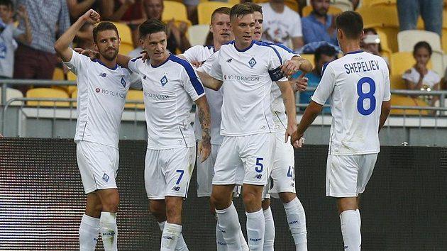Radost fotbalistů Dynama Kyjev poté, co Benjamin Verbič (druhý zleva) vstřelil gól do sítě Slavie v odvetě třetího předkola Ligy mistrů.