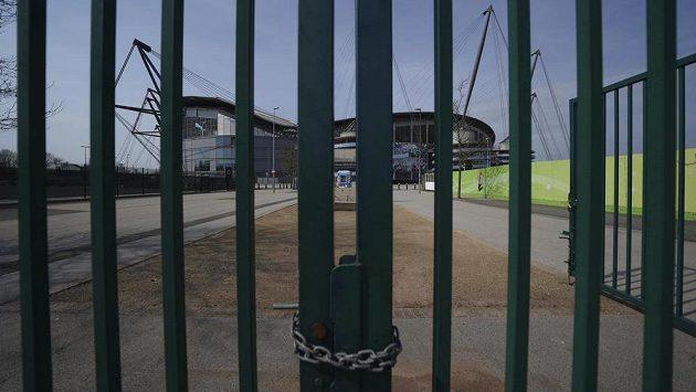Dobrá zpráva, fotbalové stadiony se otevírají. V Koreji mohou týmy hrát přípravné zápasy s vyloučením veřejnosti. Hráči si nesmějí podávat ruce a také během utkání mluvit (ilustrační foto).