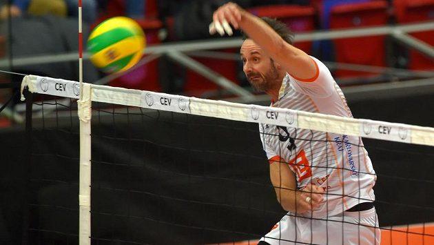 Ondřej Hudeček z Karlových Varů zakončuje akci během utkání závěrečného 6. kola skupiny B volejbalové Ligy mistrů s Modenou.