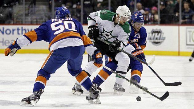 Útočník Dallasu Radek Faksa (uprostřed) v zápase s New Yorkem Islanders.