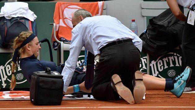 Běloruská tenistka Viktoria Azarenková je ošetřována v zápase prvního kola French Open s Italkou Karin Knappovou.
