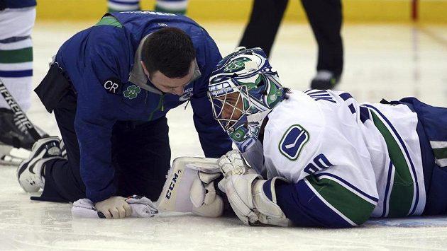 Gólman Vancouveru Ryan Miller hovoří s lékařem.