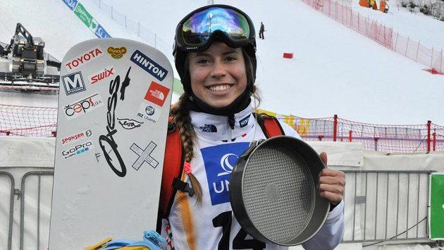 Eva Samková po vítězné kvalifikaci na mistrovství světa snowboardcrossařek v rakouském Kreischbergu. Na snímku pózuje s vítěznou formou.
