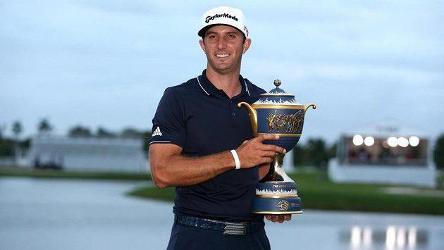 Americký golfista Dustin Johnson pózuje s trofejí pro vítěze turnaje v Doralu.