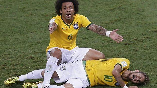 Vyděšený Brazilec Marcelo nad zraněným Neymarem.