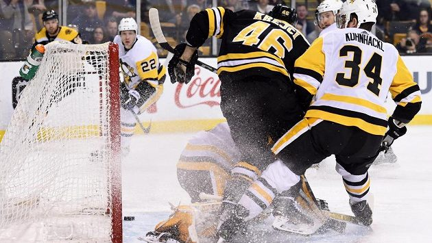 Český útočník Bostonu Bruins David Krejčí střílí gól do sítě Pittsburghu Penguins. Zastavit ho nedokázal gólman Pittsburghu Casey DeSmith ani bránící Tom Kühnhackl.