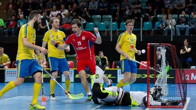 Švédové světovému florbalu vládnou, o to cennější je každý gól do jejich sítě. Z jednoho se raduje Matěj Jendrišák hrající za Linköping.