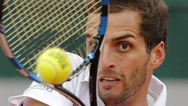 Španělský tenista Albert Ramos-Vinolas returnuje proti Kanaďanovi Milosovi Raonicovi při zápase na French Open.