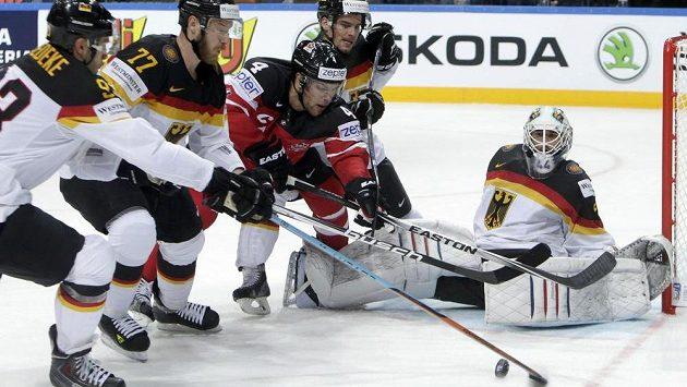Kanaďan Taylor Hall čelí přesile německých hráčů.