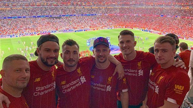 Hokejový gólman Petr Mrázek si s kamarády vyrazil na finále fotbalové Ligy mistrů. Palce držel Liverpoolu, ale jinak fandí Chelsea.