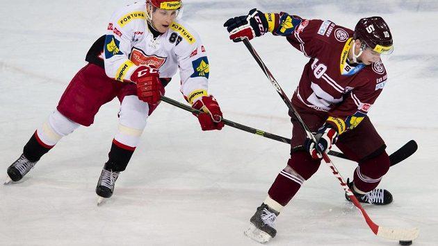 Útočník Hradce Králové Tomáš Mertl se snaží sebrat puk útočníkovi Sparty Martinovi Réwayovi.
