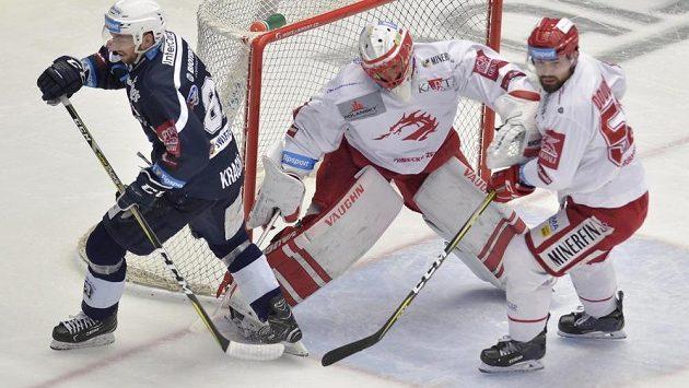 Plzeňský hokejista Jaroslav Kracík u branky Třince, kterou střeží Šimon Hrubec. Situaci přihlíží třinecký Milan Doudera.