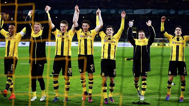 Fotbalisté Dortmundu slaví výhru nad Bayernem Mnichov.