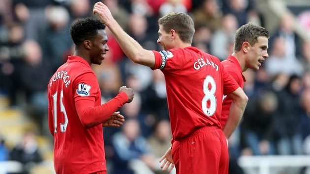 Stevenem Gerrardem (uprostřed) slaví s Danielem Sturridgem (vlevo) a Jordanem Hendersonem gól v síti Newcastlu.