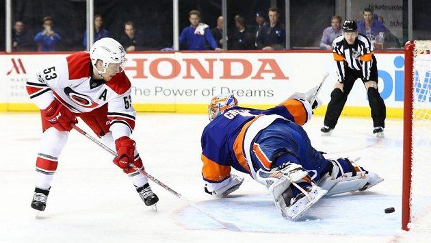 Hotovo, trestné střílení proměněno. Jeff Skinner z Caroliny překonal brankáře NY Islanders Thomase Greisse.
