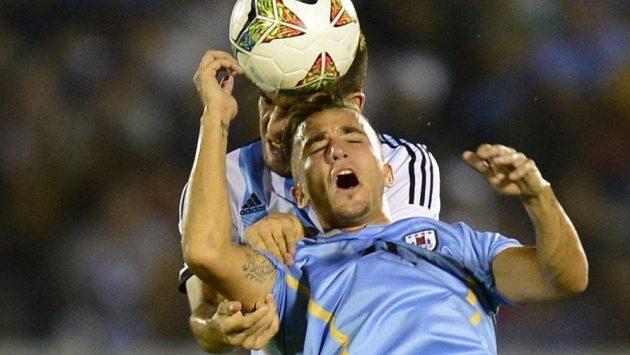 Uruguayský útočník Franco Acosta (vpředu) v souboji s argentinským obráncem Leandrem Vegou na jihoamerickém šampionátu do 20 let.
