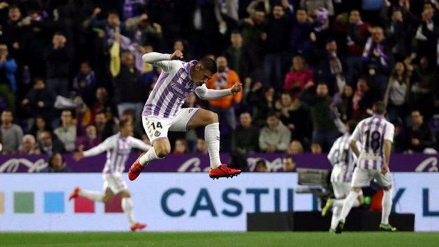 Záložník Valladolidu Rubén Alcaraz slaví gól proti Realu Madrid, který je později neuznán.