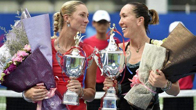 Poražená finalistka Denisa Allertová (vlevo), vpravo je vítězka turnaje v Kantonu Jelena Jankovičová ze Srbska.