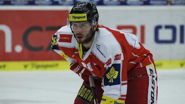 Hokejový útočník Erik Hrňa v dresu Olomouce.