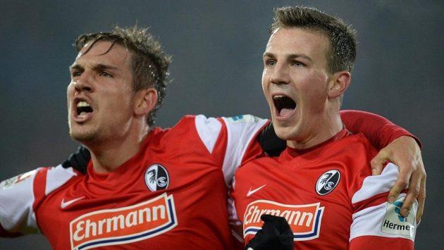 Fotbalisté Freiburgu Vladimír Darida (vpravo) a Oliver Sorg se radují ze vstřeleného gólu.