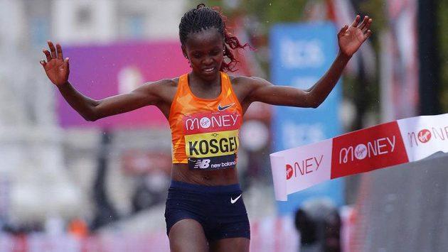 Brigid Kosgeiová probíhá cílem Londýnského maratonu.