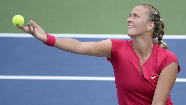 Petra Kvitová podává na turnaji v Montrealu v utkání s Jekatěrinou Makarovovou.