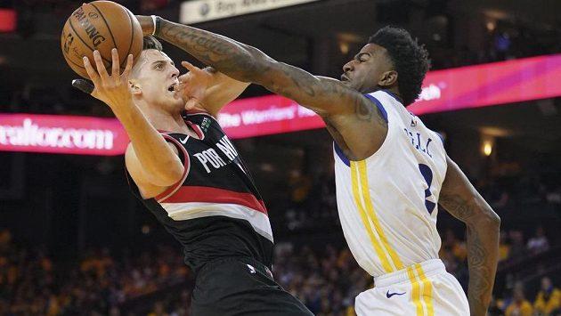 Basketbalista Golden State Warriors Jordan Bell (2) blokuje střelu Zacha Collinse z týmu Portland Trail Blazers.