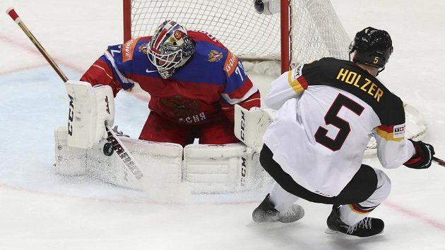 Korbinian Holzer se snaží překonat ruského brankáře Sergeje Bobrovského ve čtvrtfinále MS.