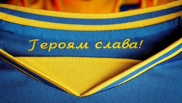 """Nápis """"Sláva hrdinům"""" se Rusům nelíbil, UEFA ho nakonec Ukrajincům povolila."""
