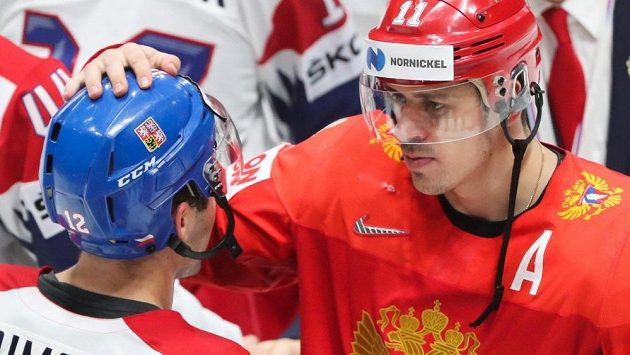 Ruský útočník Jevgenij Malkin po zápase o bronz na letošním MS se svým klubovým spoluhráčem z Pittsburghu Dominikem Simonem.