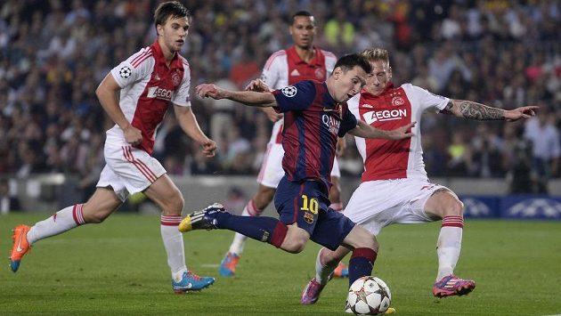 Barcelonský Lionel Messi (č. 10) střežený obranou Ajaxu.