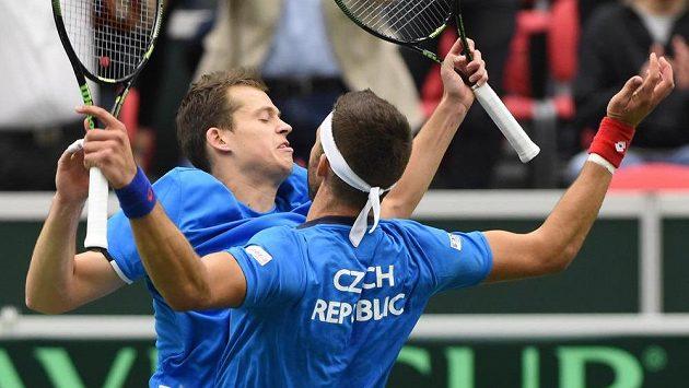 Čeští tenisté Adam Pavlásek (vlevo) a Jiří Veselý se radují z vítězství v daviscupové čtyřhře proti Austrálii.