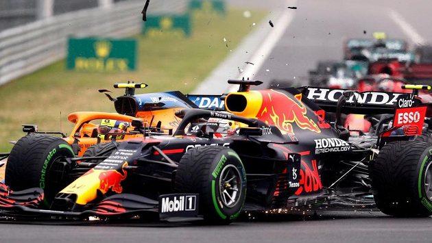 Pilot McLarenu Lando Norris naráží do Maxe Verstappena z Red Bullu, na začátku série kolizí byla dvojka Mercedesu Valtteri Bottas.