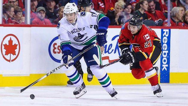 Radim Vrbata (vlevo) při své premiéře v dresu Vancouveru v NHL našlápl a uniká Masonu Raymondovi z Calgary.