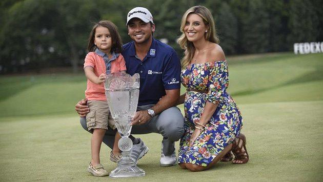 Australský golfista Jason Day, vítěz turnaje v Edisonu, s manželkou Ellie a synem Dashem.