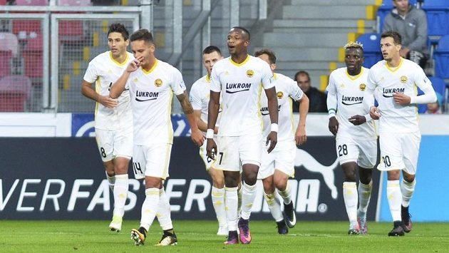 Fotbalisté Zlína se radují ze vstřeleného gólu.