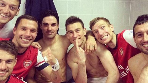Fotbalisté Arsenalu slaví v šatně po utkání proti Hullu. Jediným, kdo se nesměje od ucha k uchu, je španělský středopolař Mikel Arteta, který v zápase přišel o zub.