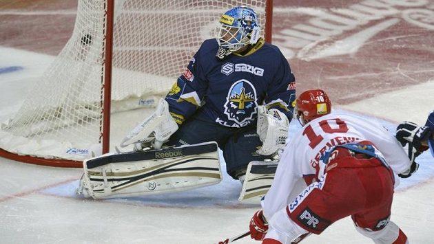Roman Červenka ze Slavie dává gól brankáři Kladna Janu Cháberovi (vlevo).