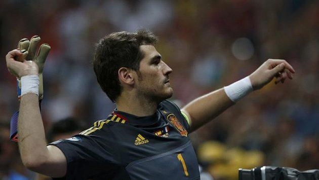 Iker Casillas hází divákům rukavice po vítězství na Euru.